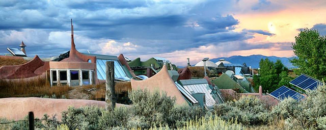 Earthship-Siedlung an einem Hang in New Mexico / USA